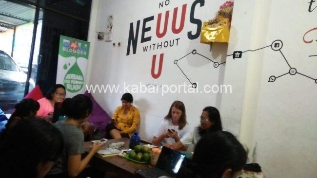 Peserta KASTI tengah sibuk dengan Gadged MAinf-Masing/ kabarportal.com