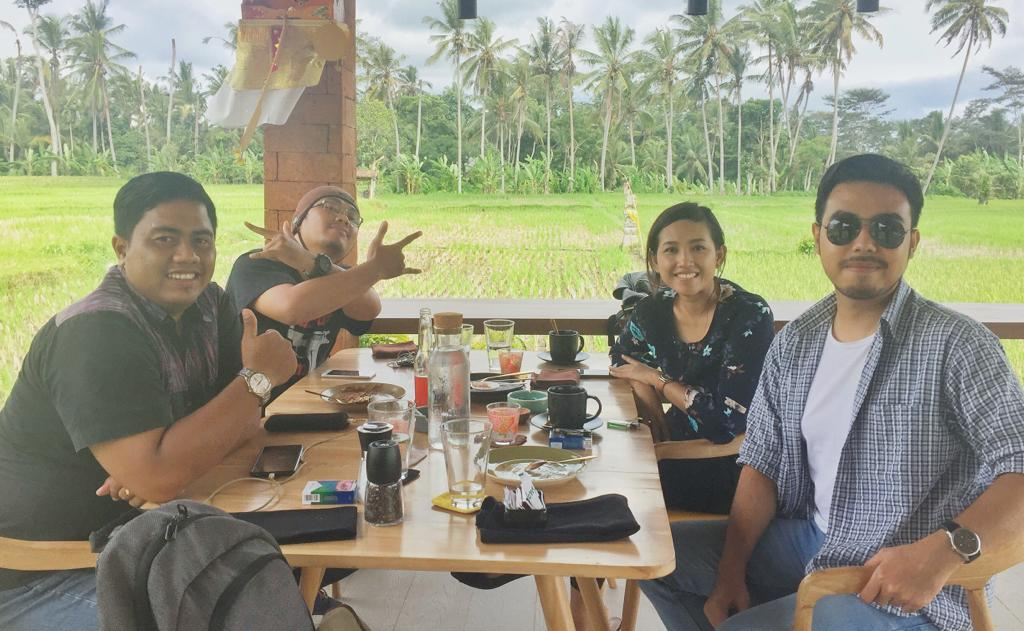 Penulis dan 3 Rekannya saat santap siang di Warung Tulen Ubud/kabarportal.com