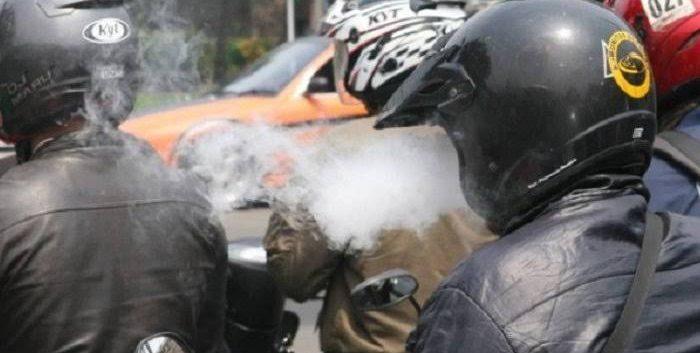Merokok sambil berkendaraan/kabarportal.com/image by istimewa